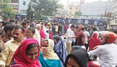 ৮০ জন গার্মেন্টস কর্মী ছাঁটাইতে সড়ক অবরোধ করছে শ্রমিকরা
