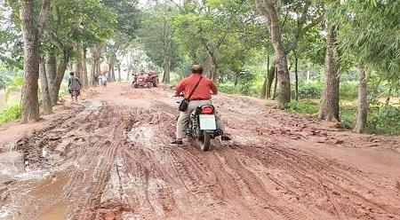 দুর্গাপুর-কলমাকান্দা সংযোগ সড়কে চরম ভোগান্তি