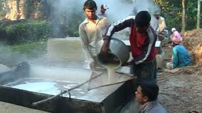 কনকনে শীতে খেজুর রস ও সুস্বাদু পিঠা গ্রামবাংলার চাষীর প্রধান উৎসব